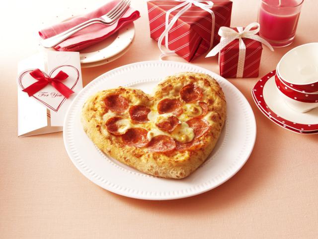 あなたは愛とお金どっちを選ぶ? 半額 or ハート型ピザが選べる『ドミノ・ピザ バレンタインクーポン』