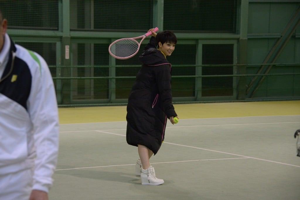 合間にテニスをして遊ぶ剛力さん