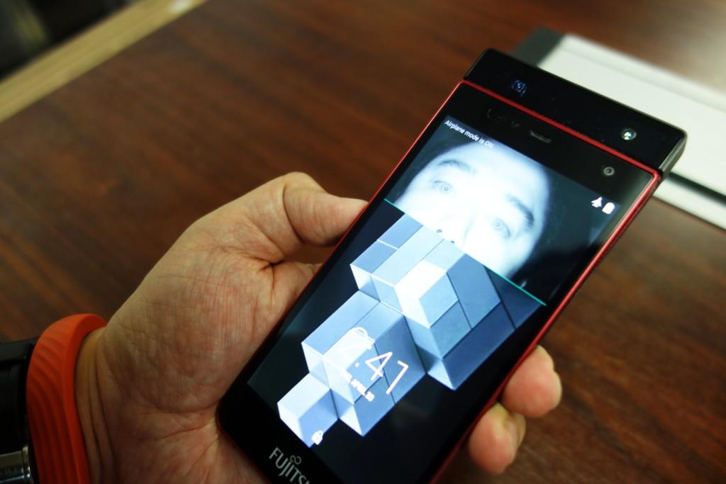 """『マイノリティ・リポート』の世界はすぐそこ!? 富士通が試作した""""虹彩認証""""システム搭載スマートフォンがどこまで認識できるか試してみた"""