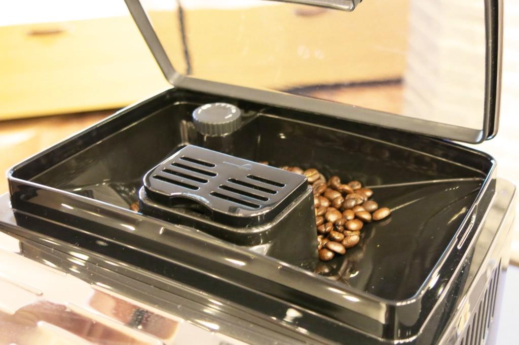デロンギコーヒーメーカー豆を挽く