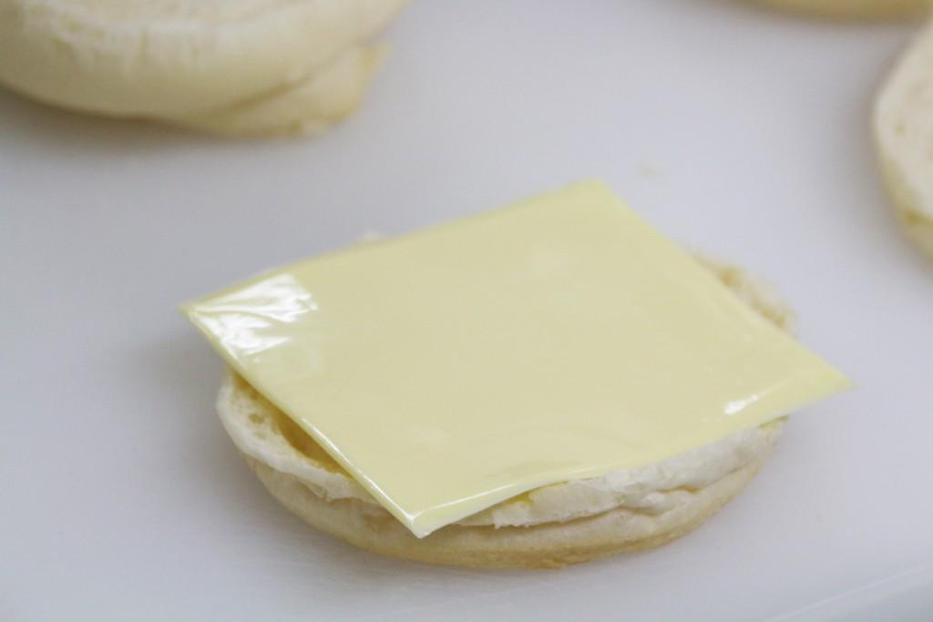 白パンの上にチーズ