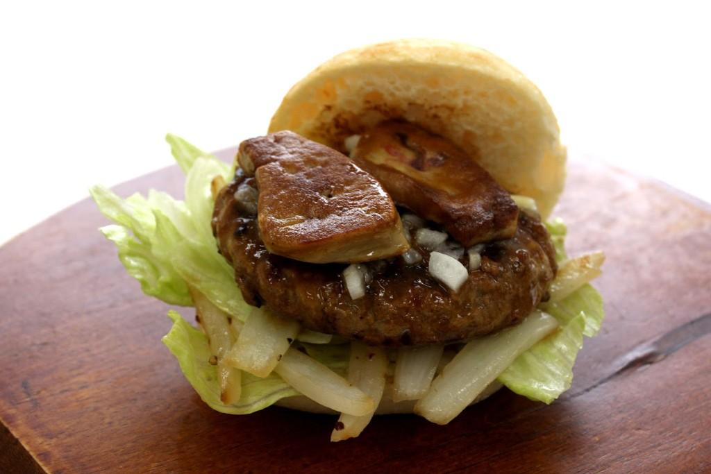 黒毛和牛×黒豚の絶品バーガーwithフォアグラ2_大阪の味ゆうぜん