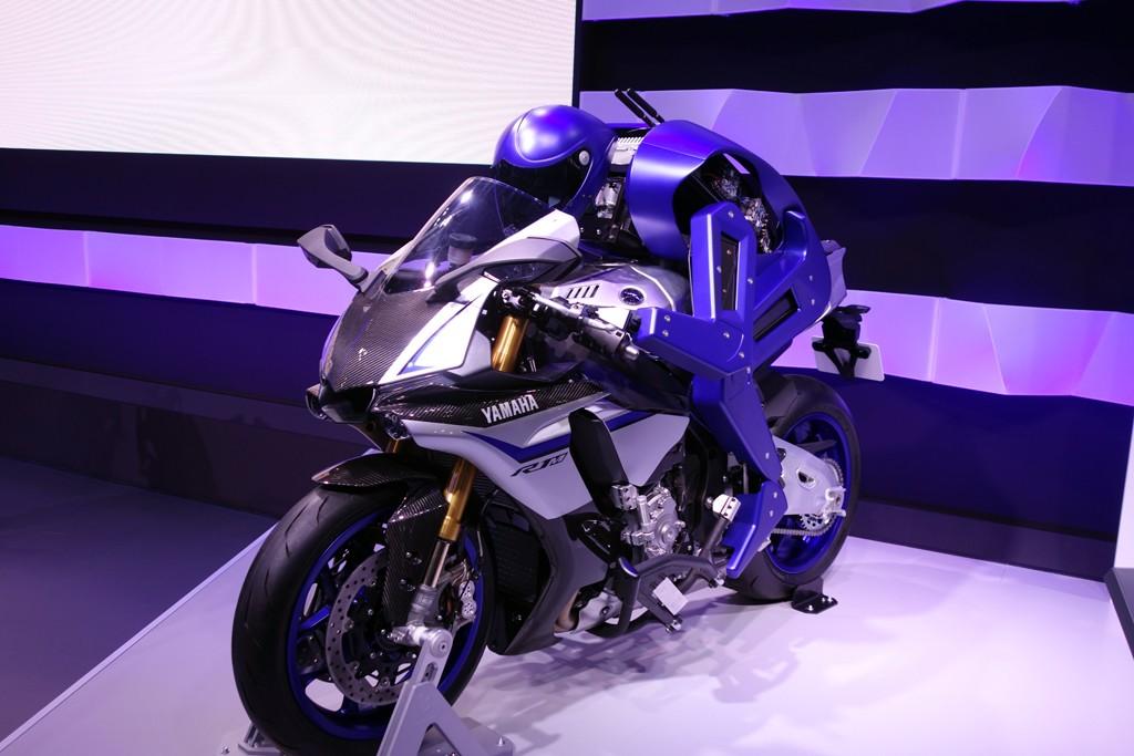 【東京モーターショー2015】行くぜ時速200キロ! ヤマハがバイクを自律運転するヒト型ロボット『MOTOBOT Ver.1』を発表
