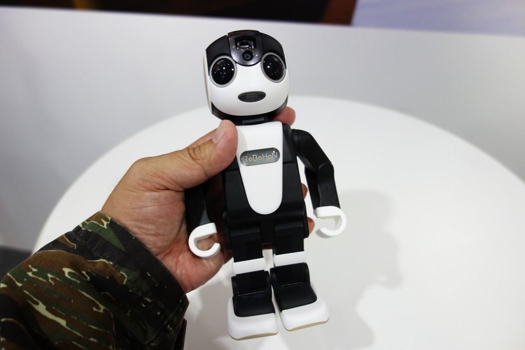 """【CEATEC2015】スマホじゃなくて""""ロボホン"""" シャープが電話にもなるロボット『RoBoHoN』を出展"""