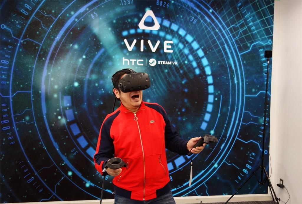 発売日は近日中に発表か? 両手用コントローラーと空間認識センサ同梱のVRヘッドセット『HTC Vive』を体験してきた