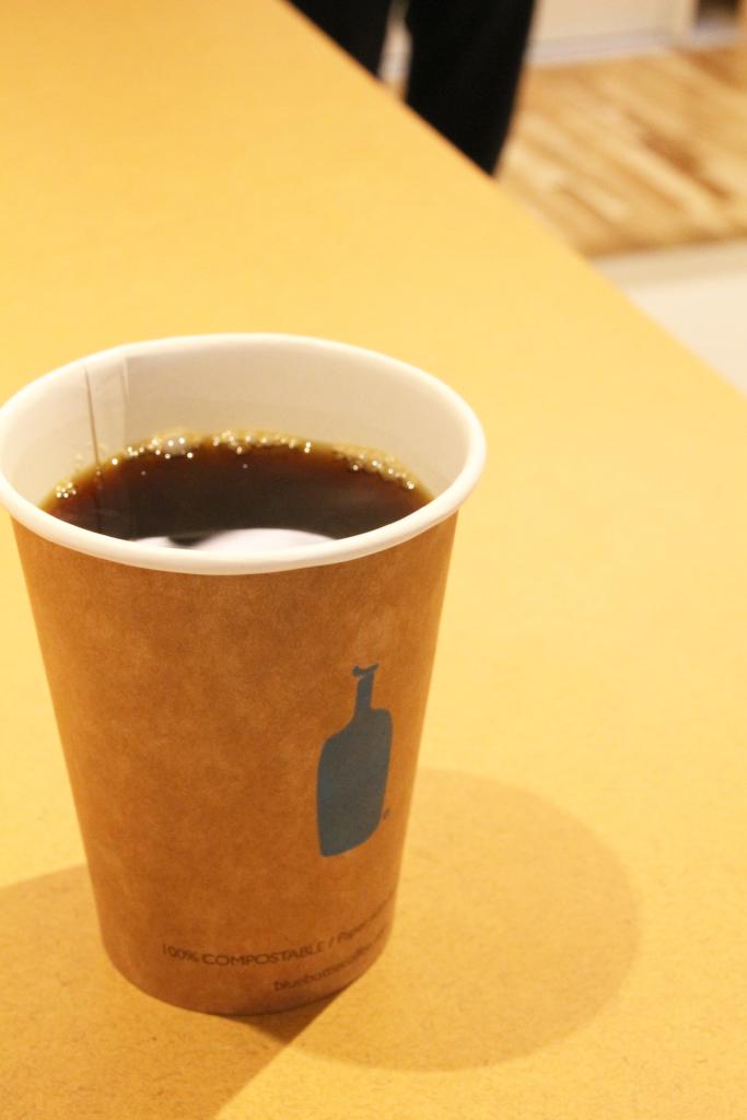 カウンターでコーヒー