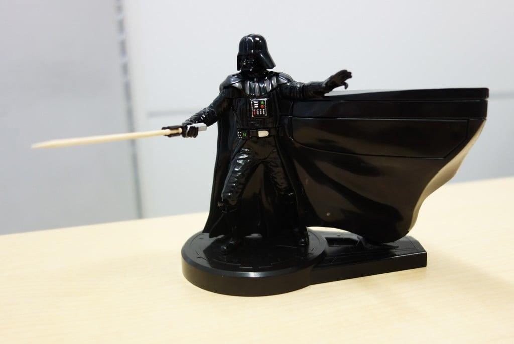 ベイダー卿が突き付けるのは……つまようじ? 取り出すアクションもユニークなフィギュア型つまようじディスペンサー『Darth Vader ToothSaber』