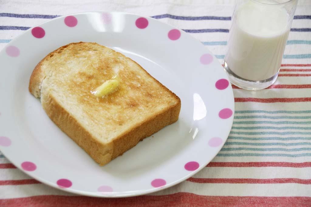 トーストと牛乳の朝ごはん