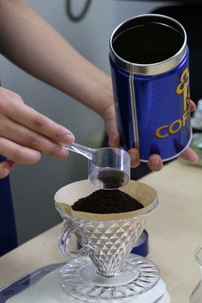 コーヒーの粉をはかる