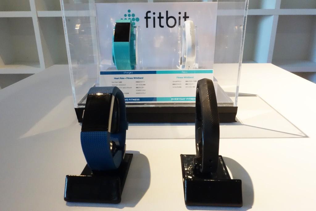 フィットビットがリストバンド型活動量計の新製品2種を発表 50m防水対応の『Fitbit Flex 2』と心拍数利用のフィットネスを強化した『Fitbit Charge 2』