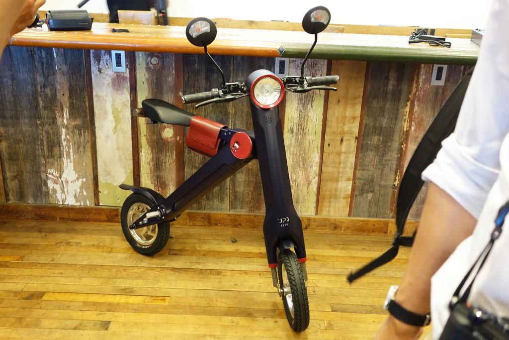 公道走行OKな折り畳み式電動バイク『UPQ BIKE me01』は本日から予約受付を開始 純正2WAY レザーバッグも発売