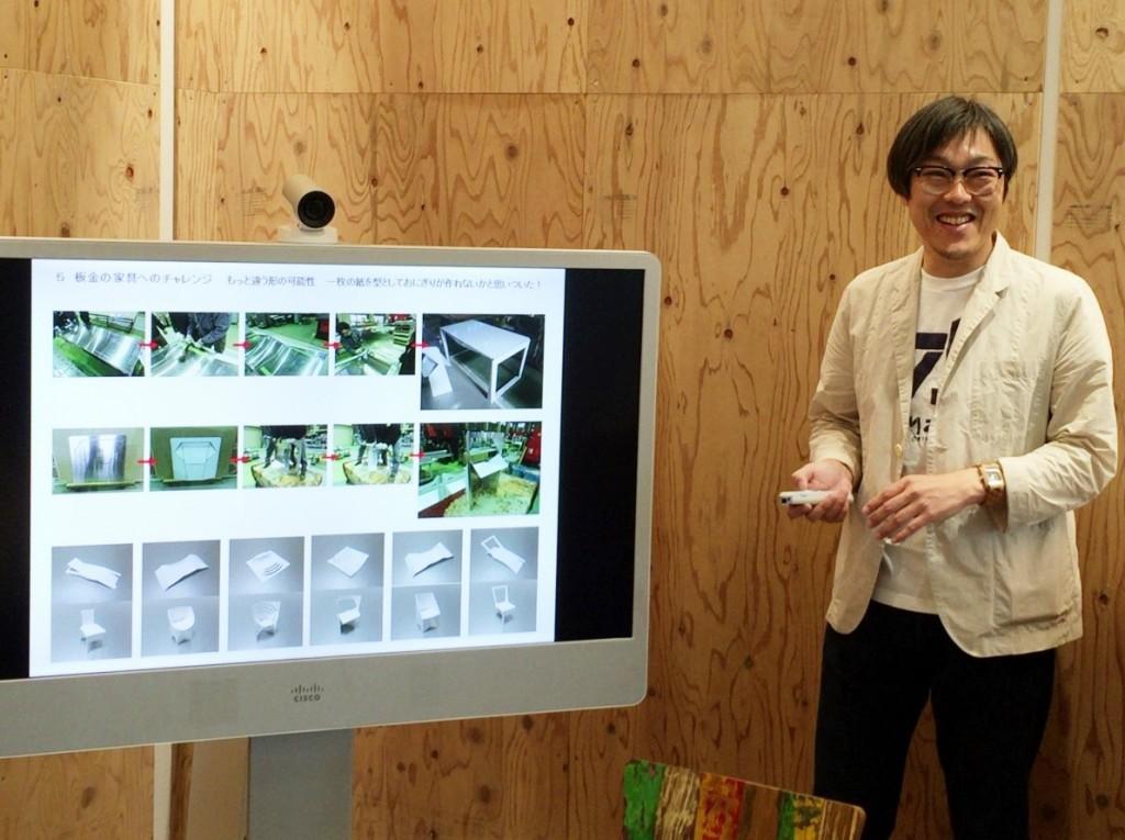 一枚板から作る家具について説明する新田さん