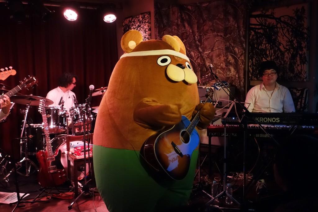 """くまミュージシャンの""""がんばんべあ""""がファーストライブ! 『OFFICE HIGUCHI THE LIVE!』のステージに登場"""