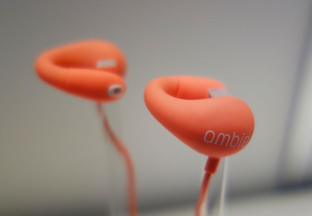 耳をふさがず周囲の音や声が聞こえるイヤホン『ambie sound earcuff』 ソニーのジョイントベンチャーが発売