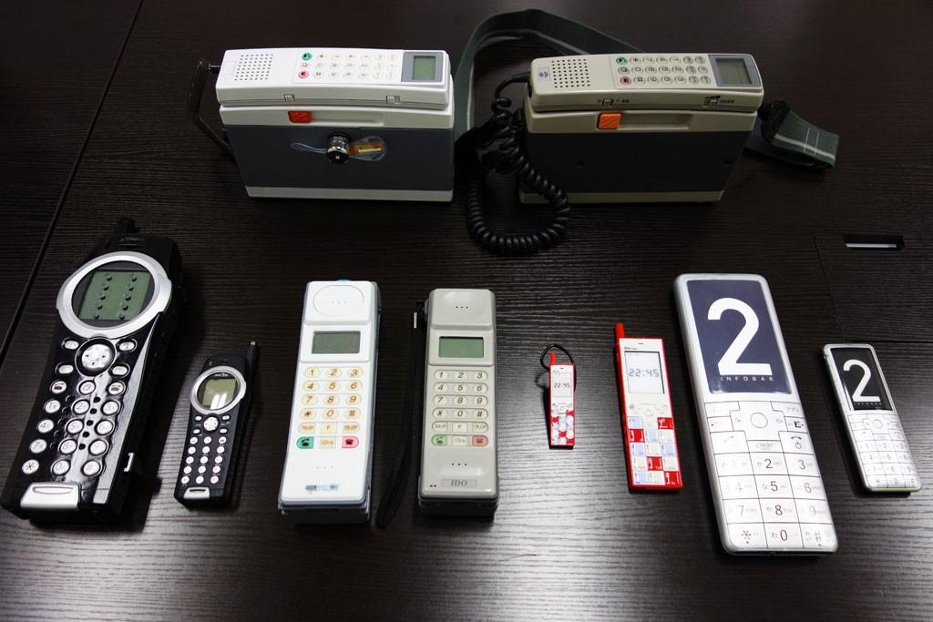 得票1位の携帯電話がPC・モバイル周辺機器として復活するかも!? 『au おもいでケータイグランプリ』景品のサンプルをチェック