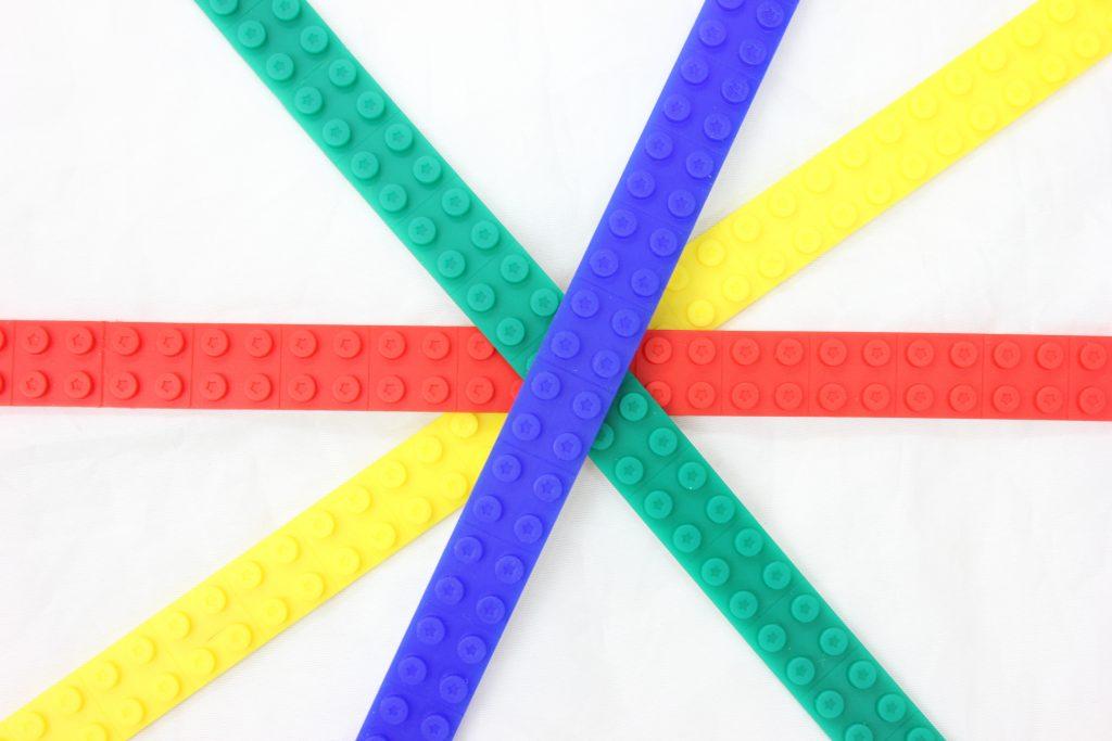 """""""レゴ互換""""のブロックが取り付けられるテープ『Bumpy』 日本ポステックが発売"""