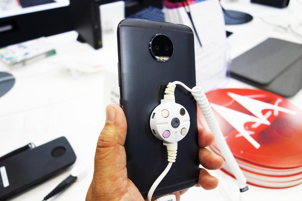 【CEATEC2017】発表されたばかりのスマートフォン『Moto G5S Plus』がお披露目