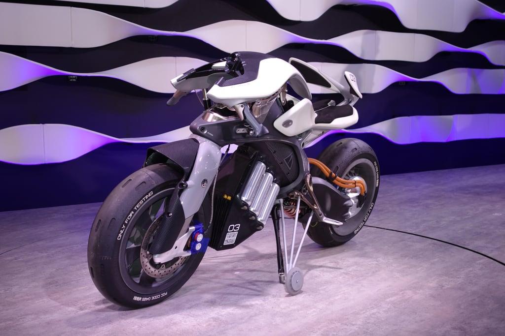 【東京モーターショー2017】自立&自律走行できて人も乗れるヤマハのバイク型ロボット『MTOTOROiD』