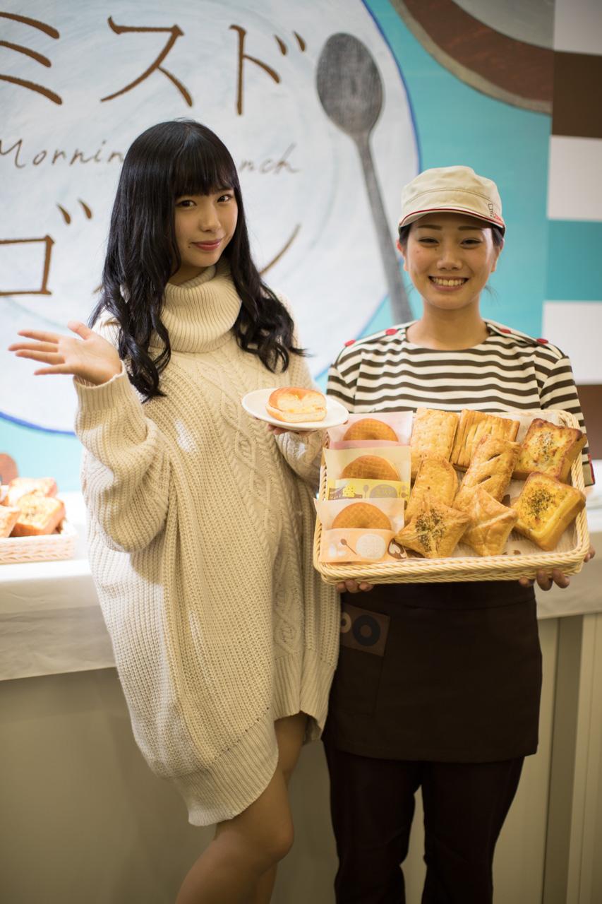 谷口彩菜さんとミスタードーナツの店員さん