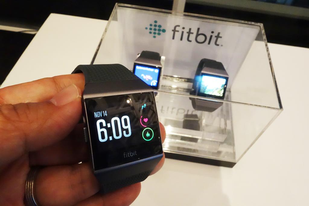 Fitbit初のスマートウォッチ『Fitbit Ionic』は2018年1月発売へ アプリ開発者とユーザー集めたカンファレンスでお披露目