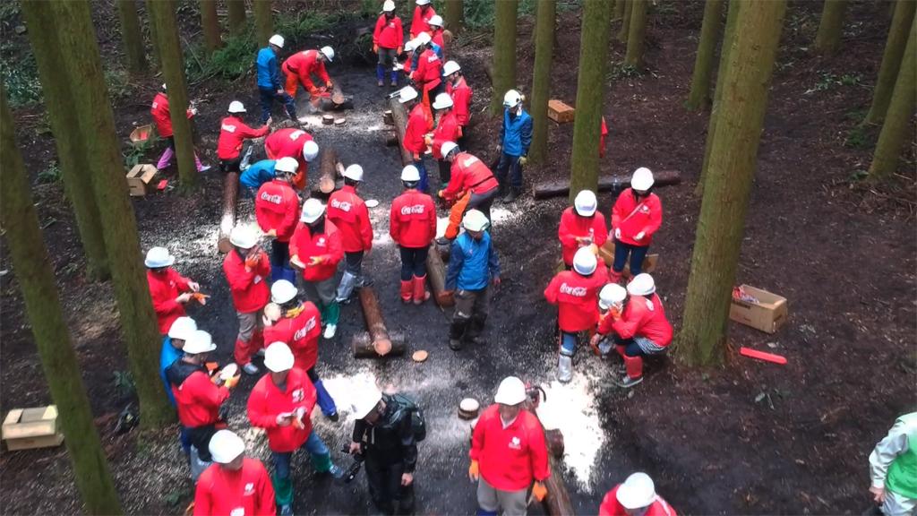 社長から社員まで230人が森林づくりを体験 コカ・コーラ社の工場水源保護CSR活動にドローンで密着!