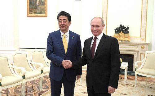 安倍晋三首相と会談するプーチン大統領