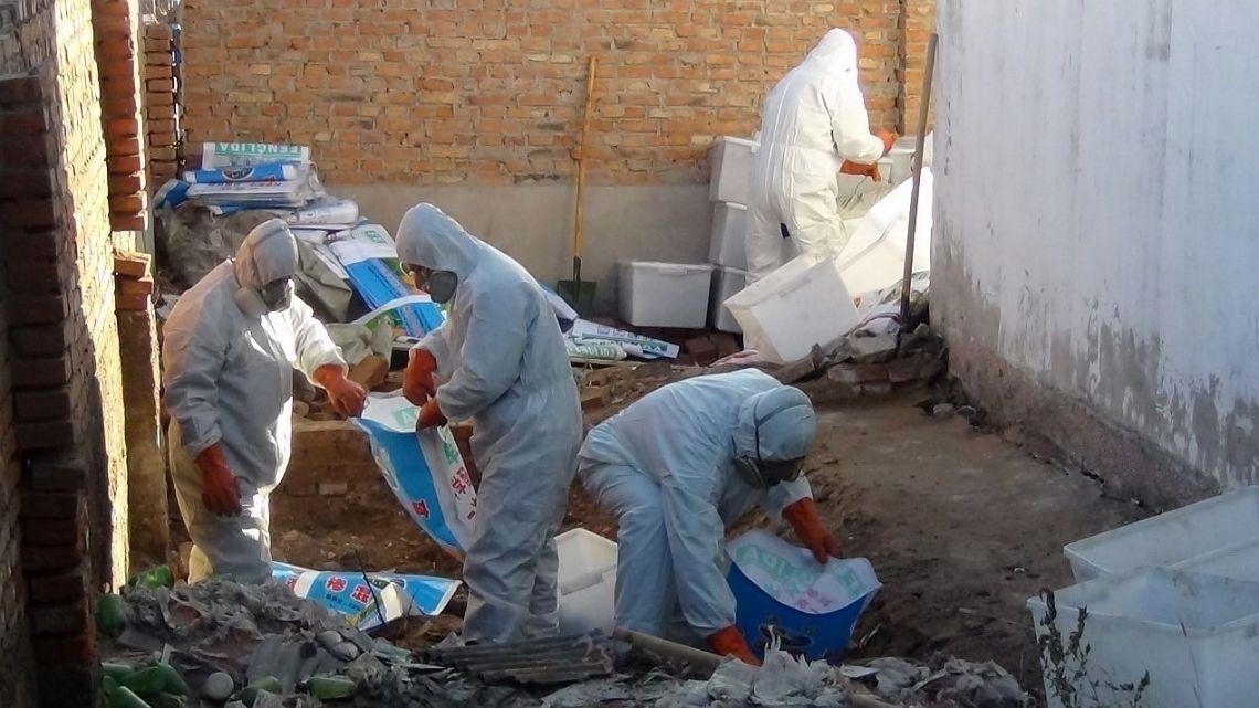 POPs汚染物質を浄化する作業員