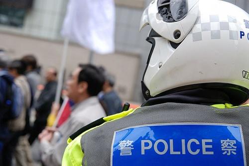 Motorcycle cop looks on / Ed-meister