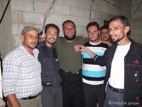(2枚目)ラスタンの自由シリア軍と記念撮影。真ん中のヒゲ面はファールーク旅団だが、この自由シリア軍部隊のメンバーとはもともと近所同士なので個人とは仲がよい=2012年7月7日