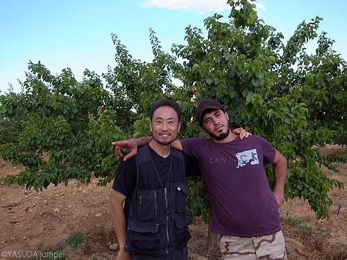 アンズ畑で反シリア政府軍ファールーク旅団のメンバーと記念撮影=2012年6月22日