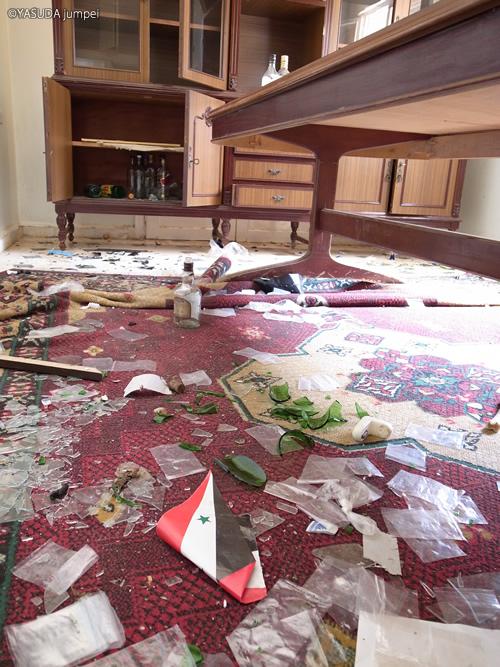 略奪された教会の食堂にはシリア国旗も散乱していた=2012年6月23日