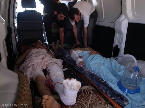 重傷を負ったタルビサの反政府側戦闘員をトルコに入院させるために搬送する=2012年7月30日