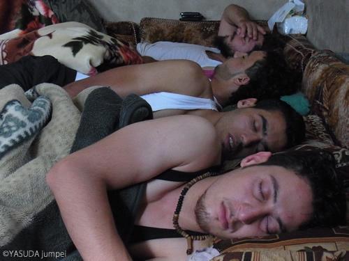 明け方まで活動し昼まで寝ているシリア反政府軍のメンバー。どのような夢を見ているのだろうか=2012年7月17日