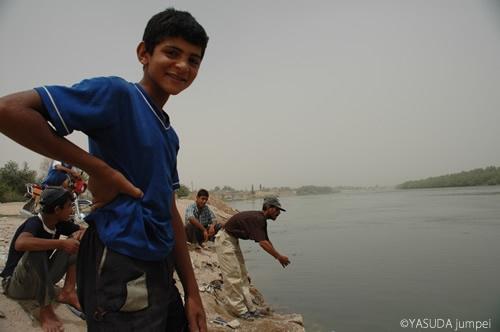 シリアからイラクへと流れていくユーフラテス川で魚釣りをするシリア人=2005年7月23日