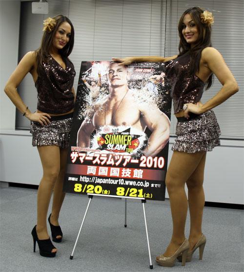 8月の日本公演『サマースラム2010』のポスターと共に。