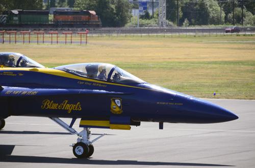 機体横にはBlueAngelsのロゴが