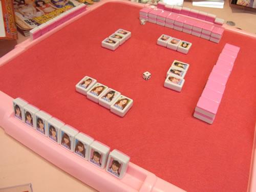 ピンクの盤にピンクの牌。牌にはメンバーの顔写真をプリント