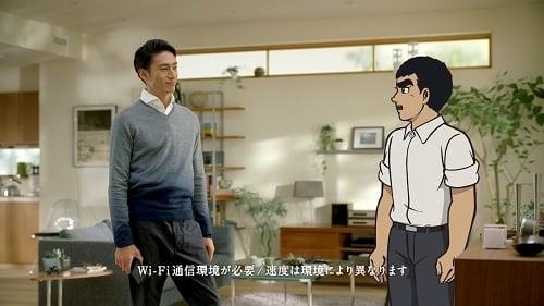 "au テレビCM『HOME SPOT CUBE ""auのお店へ""篇』より"