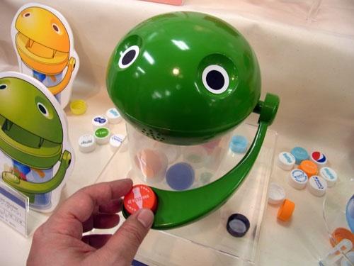 【トイフォーラム2013】これは懐かしい! 貯金箱の『パックマン』がエコおもちゃ『キャップマン』として復活