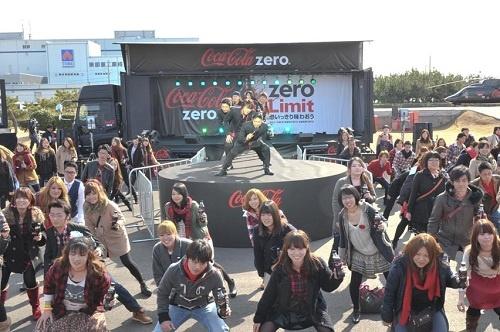 全国を巡回する『コカ・コーラ ゼロ』の巨大トレーラー出発式にEXILEメンバーが降臨! ファン100人とあのダンスを披露