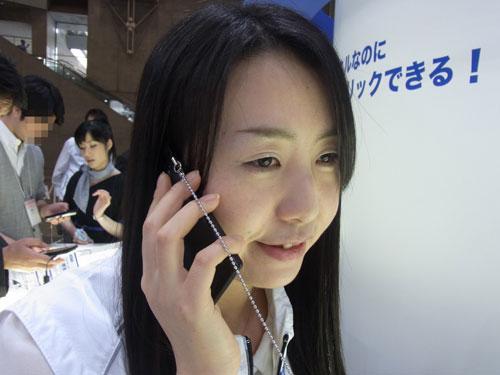 【CEATEC JAPAN 2011】KDDIが振動による音声伝達やクリック感を実現するスマートフォンを参考出展
