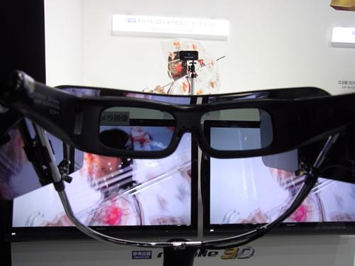 固定された3Dメガネをのぞくと3D映像が楽しめます。テレビの奥にはモデルさんが