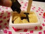 信玄餅のきな粉をこぼさず食べよう