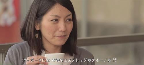 エスプレッソを楽しむ日本人女性