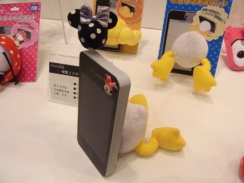 【東京おもちゃショー2012】えっ こんなのアリ? ディズニーキャラを下半身でまっぷたつにしたカワイイスマートフォンスタンド