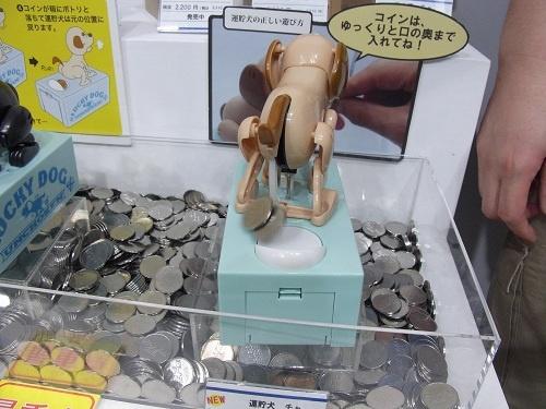 お尻からプリっとコインが出て箱に収納