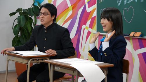 両手を挙げる石田さん