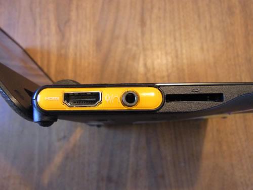 HDMI出力端子とヘッドホン出力/マイク入力共用の端子、SD/SDHCメモリーカードとマルチメディアカードに対応するブリッジメディアスロットを装備