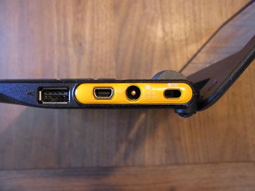 USB端子とUSB Mini-B端子がひとつずつ、電源コネクタ、セキュリティロックのスロットを装備
