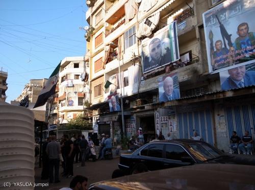 シリアの西隣トリポリ市内で緑、白、黒の反シリア政府側の旗を掲げる反シリア政府住民の地区。